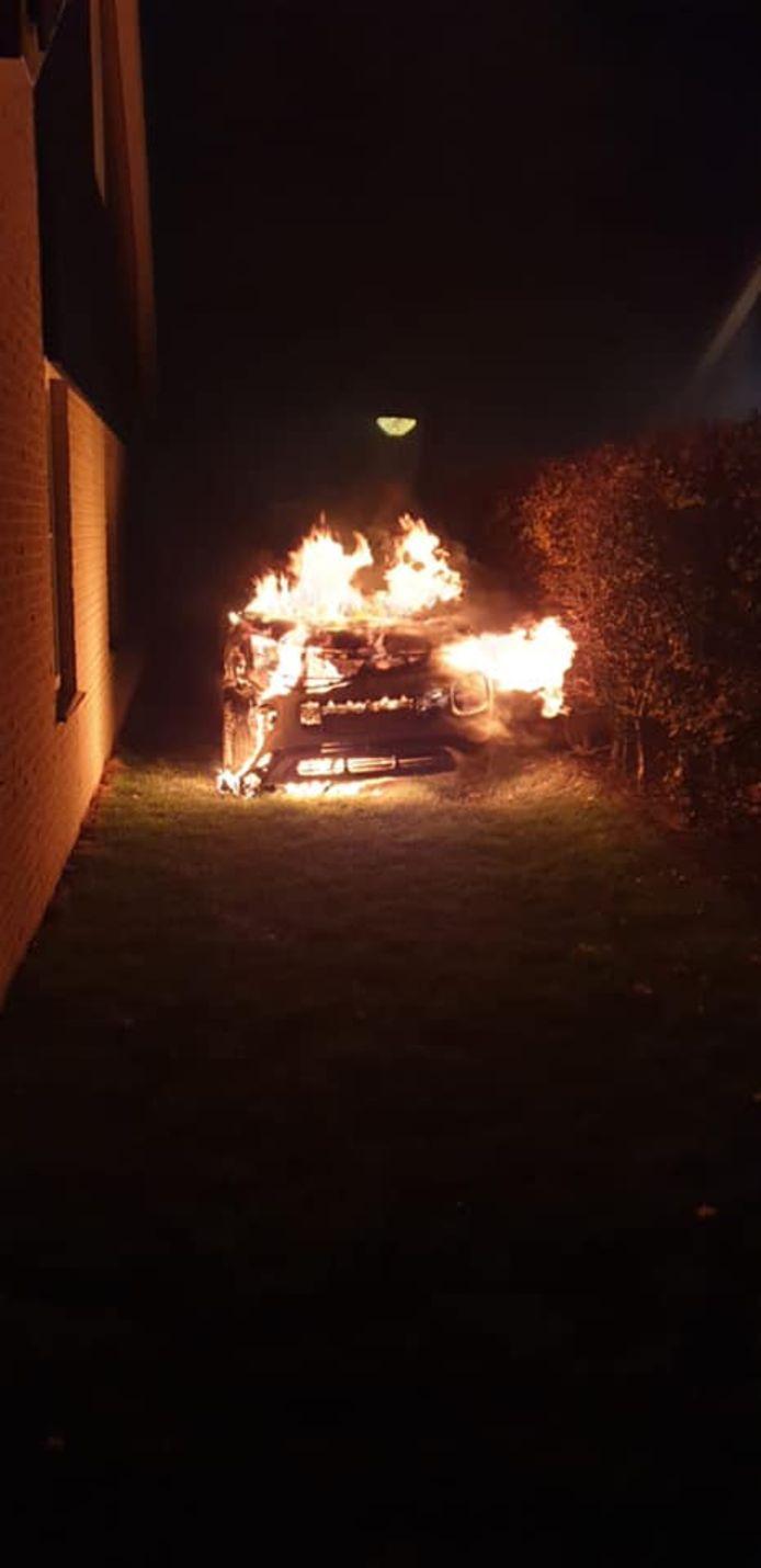 De auto brandde volledig uit, maar de brandweer wist te voorkomen dat het vuur zich verder uitbreidde.