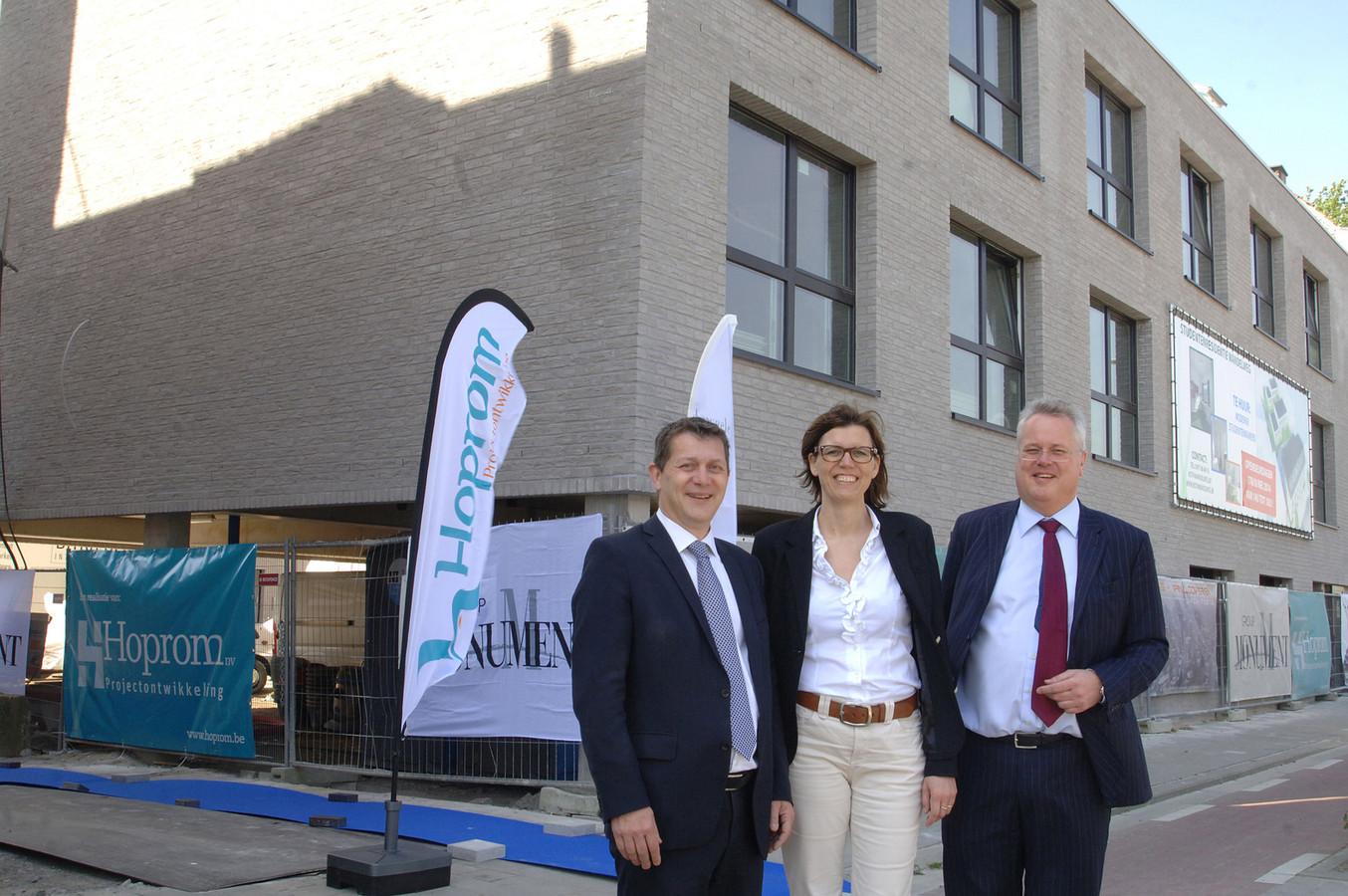Peter Hellin, Freja Deloddere en Jan Hooijmaaijer bij de koten in het gerenoveerde magazijn Robbe.