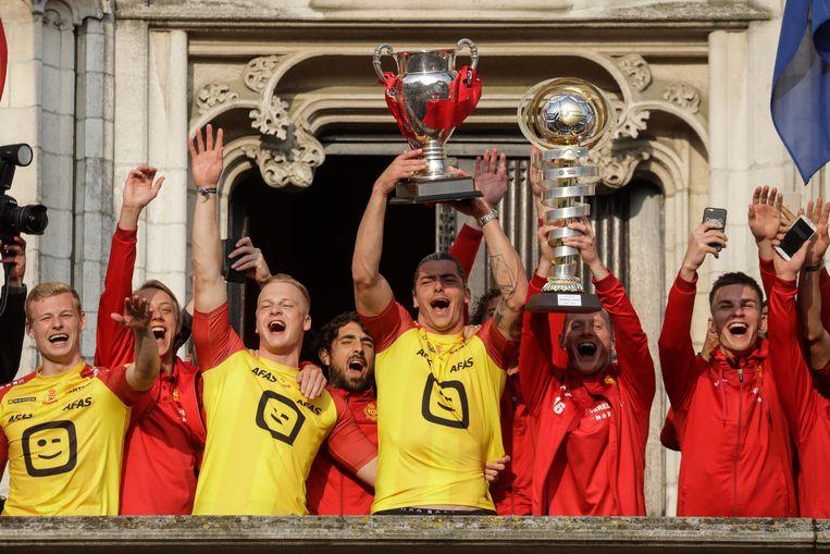 De spelers van KV Mechelen vieren hun bekertriomf op het balkon van het Mechelse stadhuis. Beeld BELGA