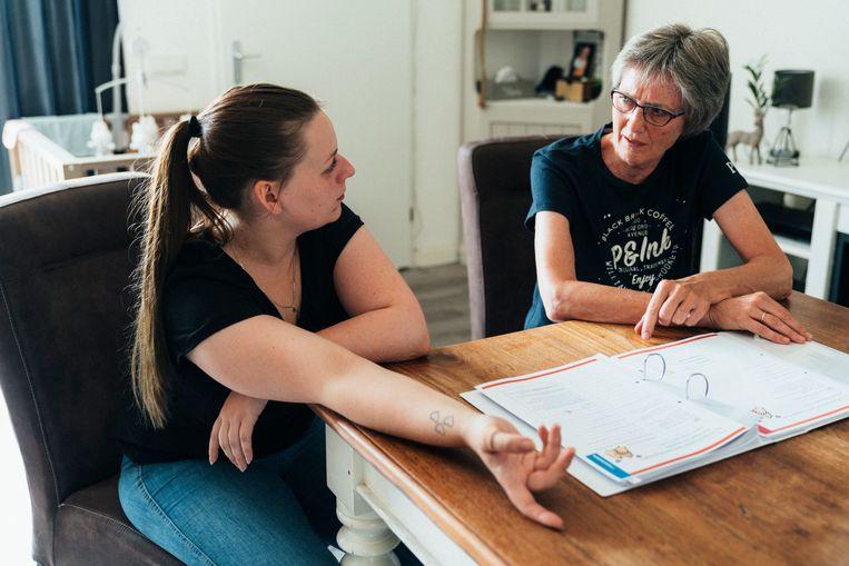 Daniëlle van Middendorp (links) krijgt tweemaal per maand bezoek van verpleegkundige Marianne van Dijk. Beeld Rebecca Fertinel
