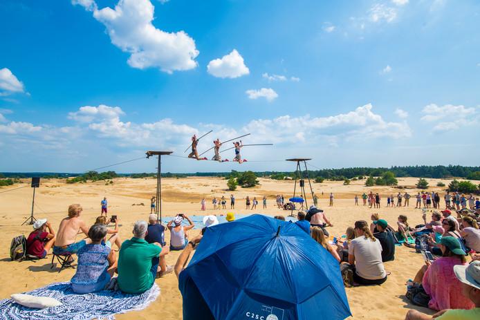 Foto van vorig jaar, Cie des Chaussons Rouges vermaakt het publiek tijdens Theater op het Zand.