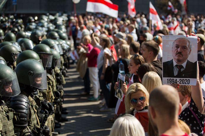 Demonstranten staan oog in oog met de Wit-Russische oproerpolitie, eind augustus 2020.