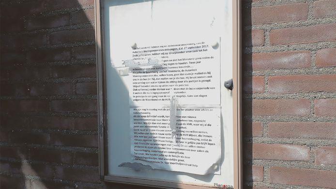 Informatiebulletin van bewonerscommissie over verkoop van het huizenblok aan Soros. Het hangt nog steeds bij het verkochte complex aan de Dr. van Voorthuijsenstraat in Velp.