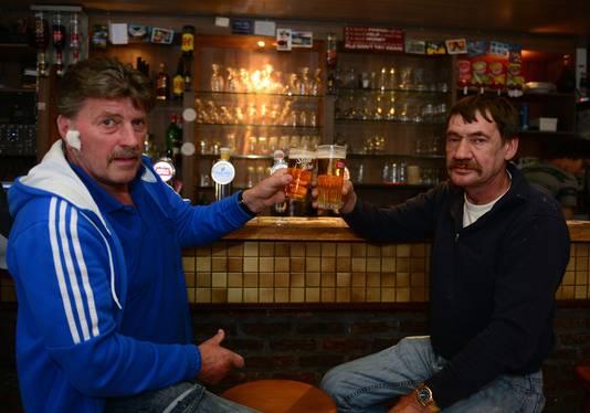 Caféklanten Walter Steemans en François Moens aan de toog van café Marengo, met respectievelijk een 'boerke' en een 'ribbelke'. Net als velen willen ook zij niet weten van het verdwijnen van het 'ribbelke'.