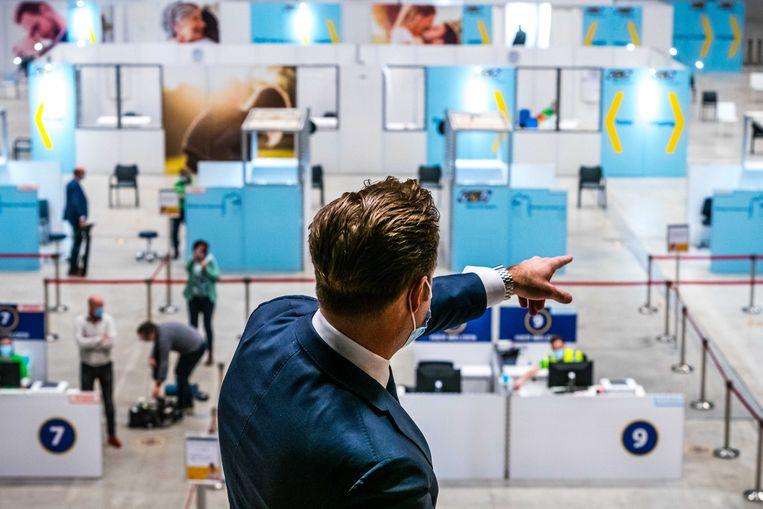 Hugo de Jonge tijdens een werkbezoek aan een vaccinatielocatie Breda.  Beeld ANP