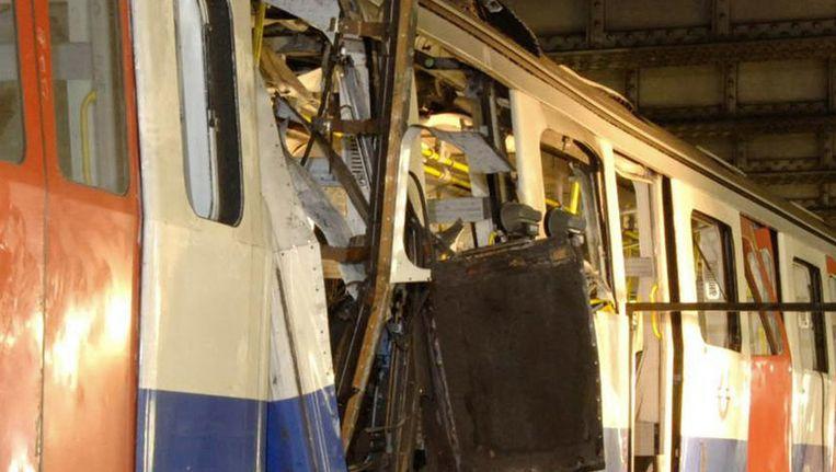 Brits metrotoestel dat werd verwoest door de aanslagen. In totaal kwamen 56 mensen hierbij om het leven. Beeld