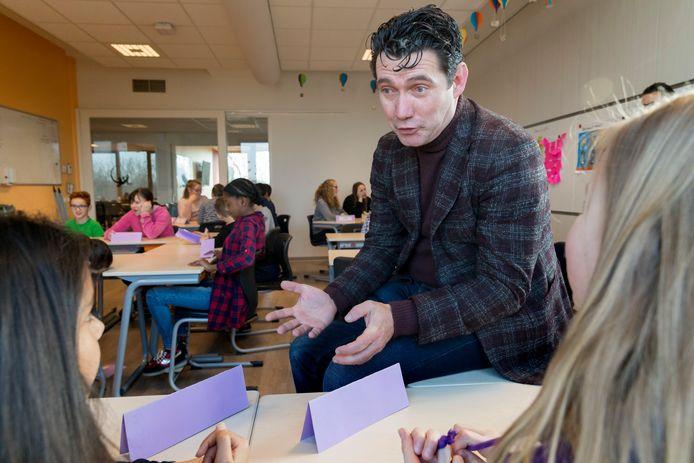 Eric Logister geeft als wethouder in Den Bosch een gastles over respect en tolerantie aan groep 8 van basisschool het Noorderlicht.