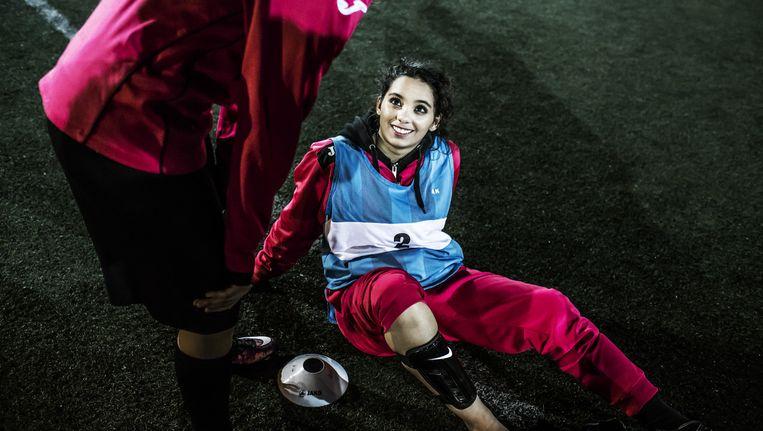 De vader van een speelster: 'Voetbal wordt nog vaak gezien als een mannensport. Daarom zijn wij hier, om onze meisjes te tonen dat wij hun trainingen belangrijk vinden.' Beeld Franky Verdickt