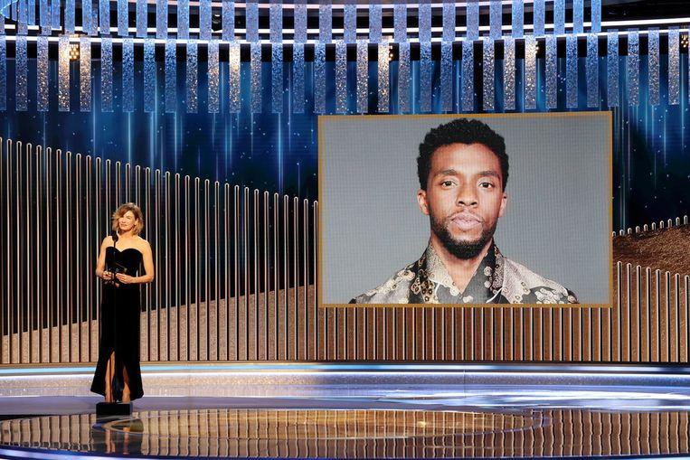 Renee Zellweger maakt de award voor Chadwick Boseman bekend. Beeld via Reuters