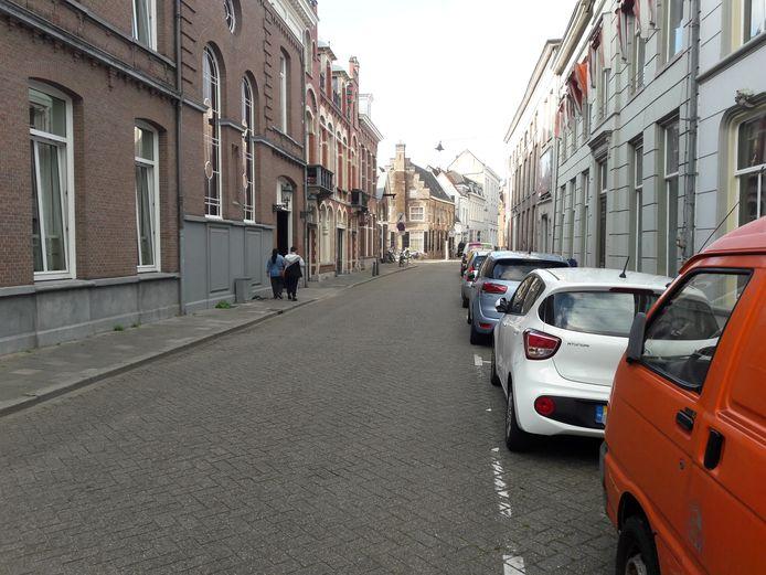 De Nieuwstraat. De meeste parkeerplaatsen zijn aan de kant van de voormalige kliniek van het Groot Ziekengasthuis. Een aantal vakken verhuist naar de andere kant.