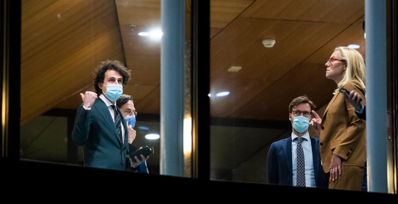 Klaver (GL), Rutte (VVD) Sjoerdsma en Kaag (D66) tijdens de schorsing voor het indienen van de moties in het debat over de gelekte stukken. Beeld Freek van den Bergh / de Volkskrant