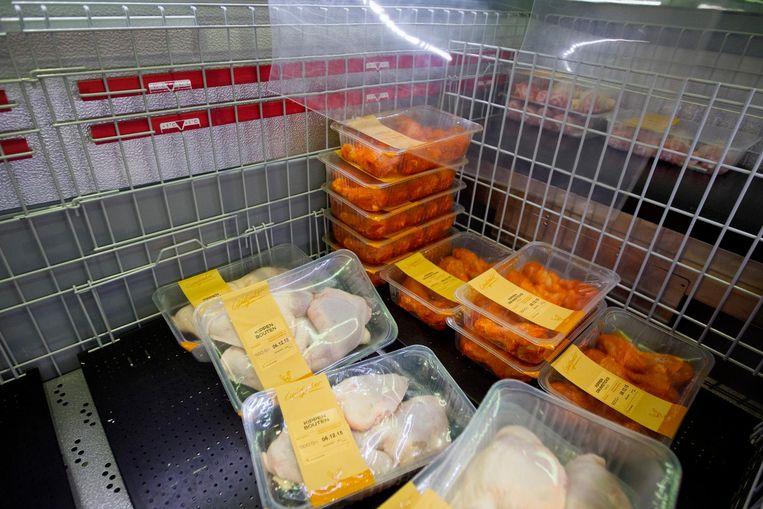 Voordeelvlees in de schappen bij de Lidl. Supermarkten zijn gestopt met de verkoop van vlees voor stuntprijzen, de zogenaamde kiloknallers. Beeld anp