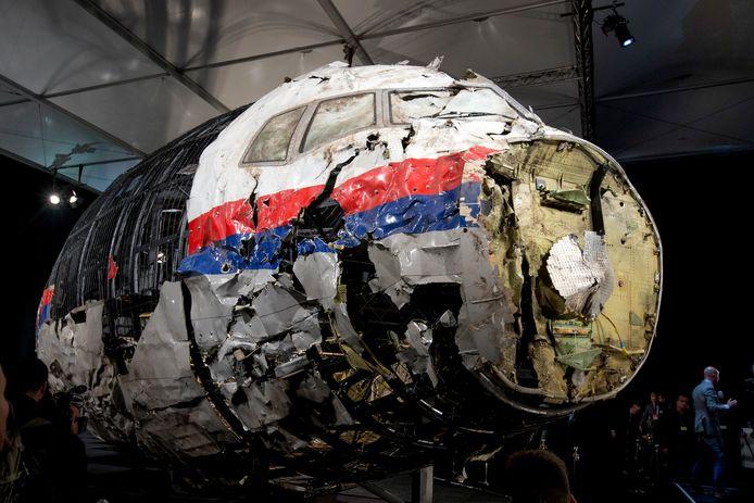 De gereconstrueerde wrakstukken van de Boeing 777 die op 17 juli 2014 neerstortte staan in een hangar van luchtmachtbasis Gilze-Rijen.