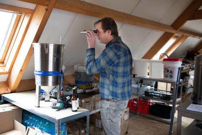 Evert van Dilst is op de zolder van d'Ouwe Smisse in Zonnemaire brouwerij de Eenhoorn begonnen en checkt het suikergehalte van één van zijn nieuwe brouwsels.