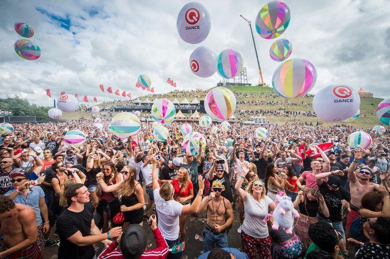 Het publiek van Mysteryland vermaakt zich met strandballen. Beeld anp