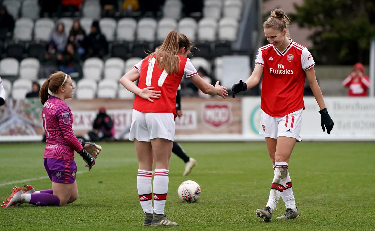 Vivianne Miedema met haar Arsenal-teamgenote en Schotse vriendin Lisa Evans.