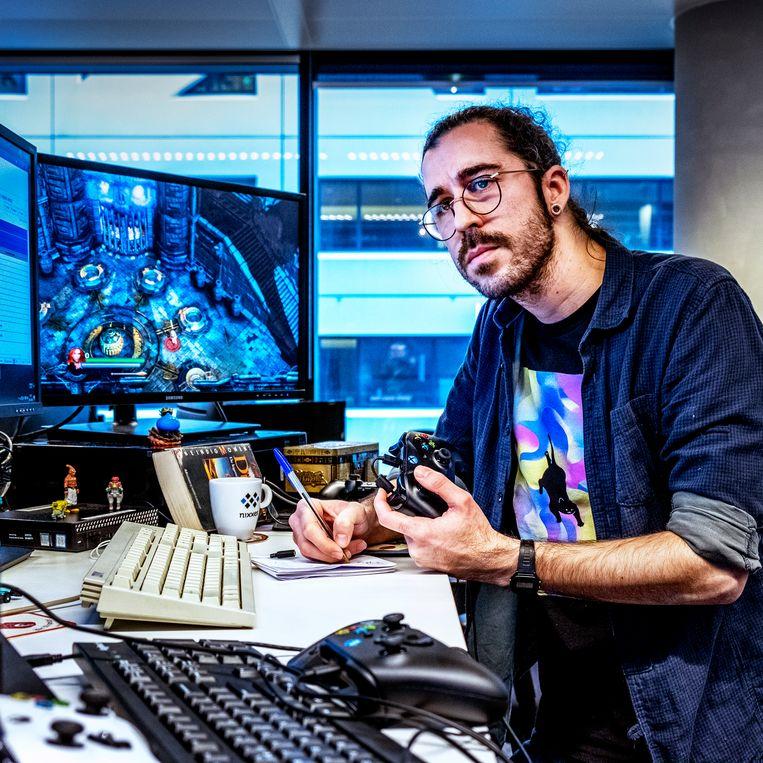 Een programmeur van Nixxes op zoek naar eventuele bugs in games.  Beeld Foto Raymond Rutting / de Volkskrant