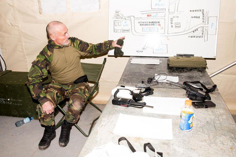 Een reservist wijst naar een kaart. Beeld Jan Mulders