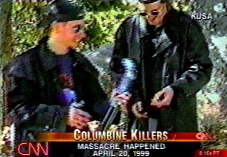 De twee daders van het bloedbad in Columbine, op een video die naderhand is uitgezonden door CNN. De twee, die op de beelden schietoefeningen doen, hebben na hun actie zelfmoord gepleegd. Beeld AFP
