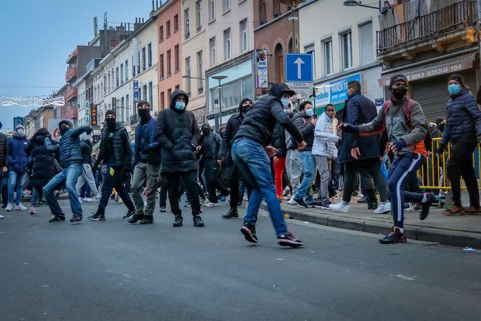 Er werd met stenen en knalvuurwerkjes richting de politie gegooid.