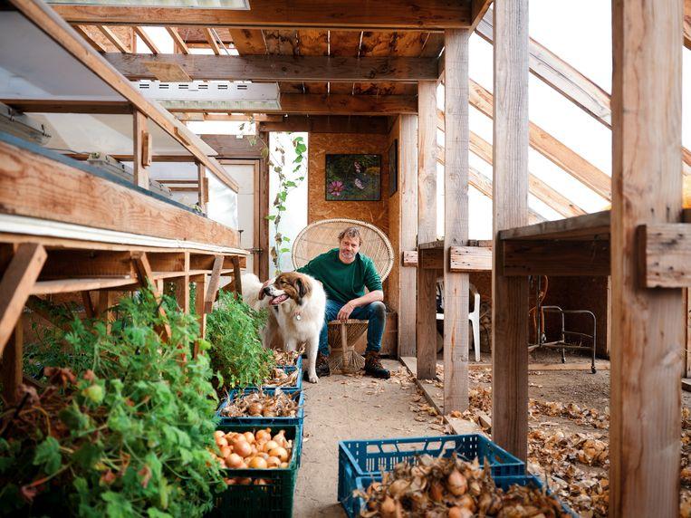 Tuinier Benoît Blairvacq, al twintig jaar een van Sans beste vrienden, in de schuur. Beeld Hannes Vandenbroucke