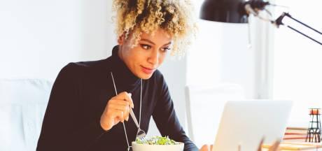 Pourquoi vous devriez arrêter de manger devant vos écrans