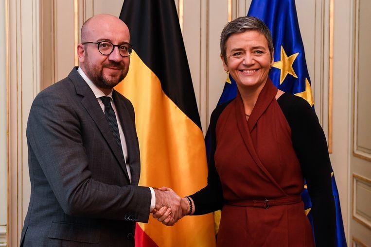 Archiefbeeld van premier Charles Michel (MR, l.) die de hand schudt van Europees Commissaris Margrethe Vestager (r.). Beeld BELGA