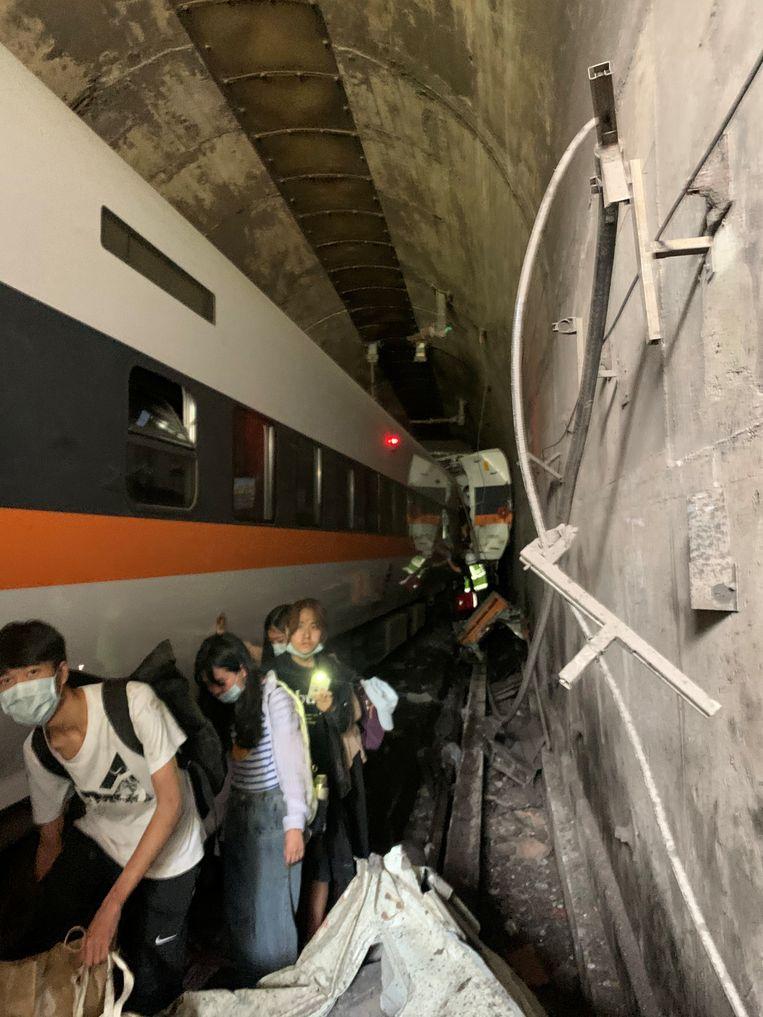 Passagiers proberen de tunnel te ontvluchten na de ontsporing van de 408 Taroko Express-trein.   Beeld VIA REUTERS