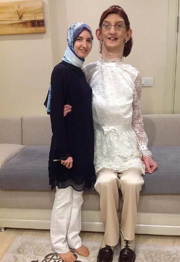 Rumeysa Gelgi (rechts) toen ze nog de grootste tiener ter wereld was.