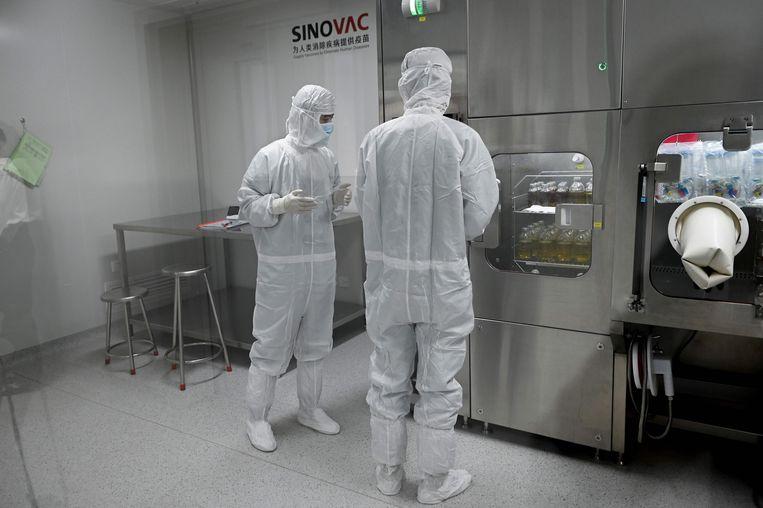 Twee onderzoekers in het laboratorium van Sinovac, een van de elf Chinese bedrijven die klinische tests mogen uitvoeren met veelbelovende vaccins.  Beeld AFP