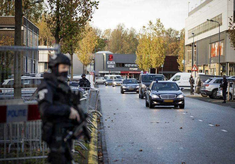 Een beveiligde auto komt woensdagochtend aan bij 'de bunker', de extra beveiligde rechtbank in Amsterdam-Osdorp, voor het Marengo-proces. Beeld ANP