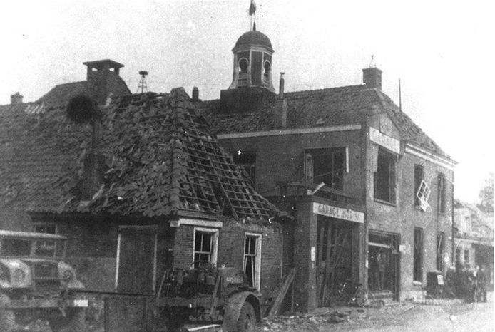 Het gemeentehuis (met torentje), garage Hurink en (links) het woonhuis annex slagerij van de familie Vomberg aan de Vechtstraat raakten in april 1945 bij de bevrijding van Ommen zwaar beschadigd.