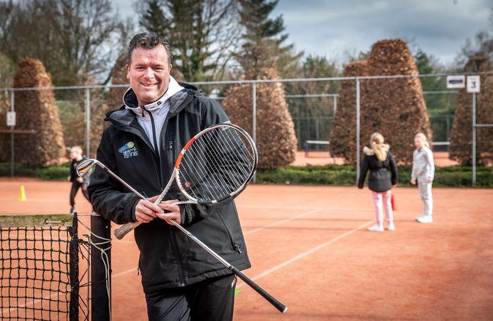 """Voormalig toptennisser en Veldhovenaar Edwin Uffink op de tennisbaan  - met zijn golfclub - in Eersel. ,,Het wordt me gegund om weer terug te keren in de sport."""""""