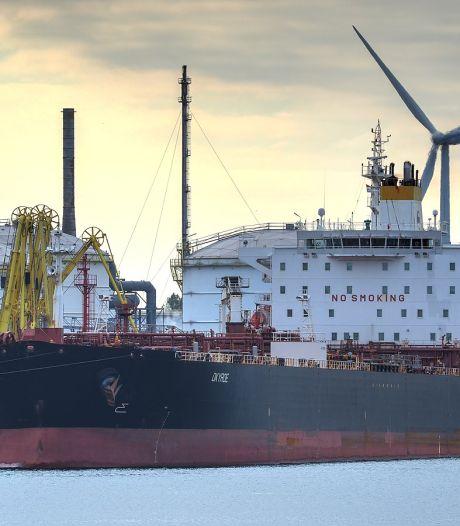 Olietanker van 230 meter raakt plots stuurloos op Westerschelde, kapitein gooit uit nood anker uit