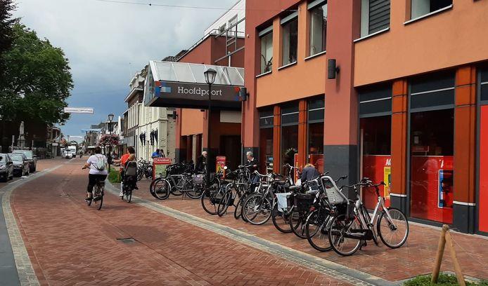 Bij winkelcentrum De Hoofdpoort in Kaatsheuvel worden extra beugels geplaatst waar bezoekers hun fiets aan vast kunnen zetten.