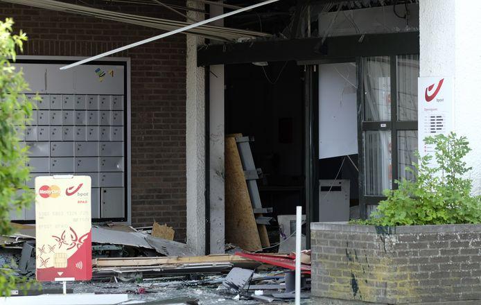 De plofkraak richtte heel wat schade aan aan het kantoor van bpost in Tongeren.