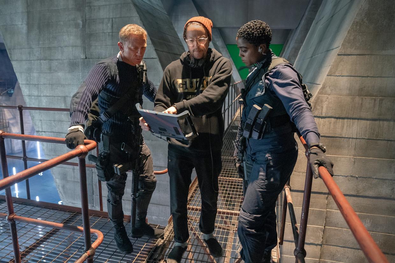 Daniel Craig (James Bond), regisseur Cary Fukunaga en Lashana Lynch (Nomi) Beeld Universal Pictures