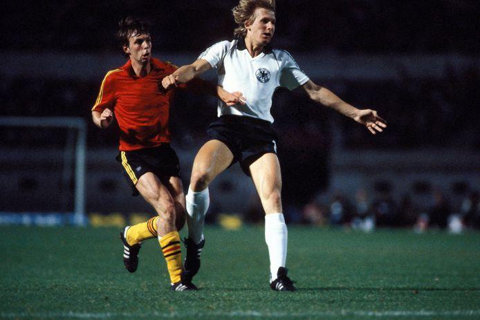 Raymond Mommens (l.) in duel met Bernd Schuster tijdens de EK-finale in 1980 tegen West-Duitsland.