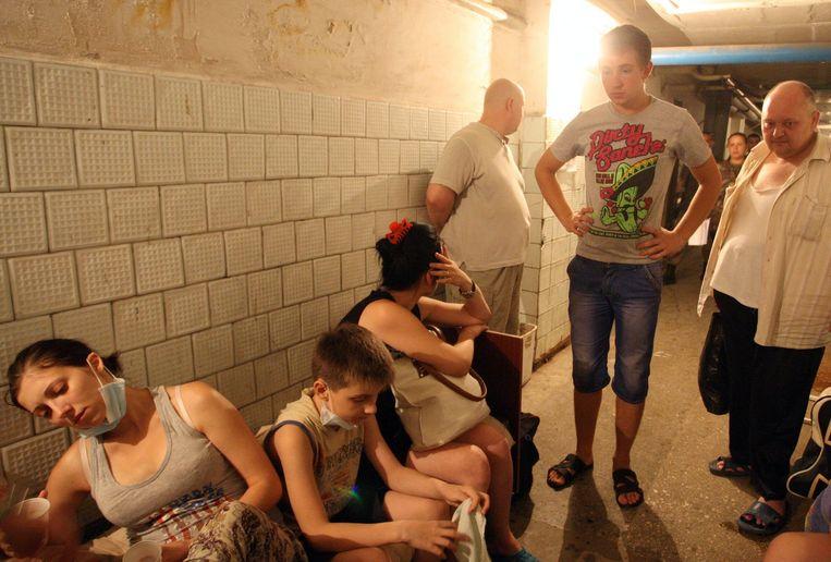 Mensen schuilen in de kelder van het stadsziekenhuis in Donetsk. Beeld epa