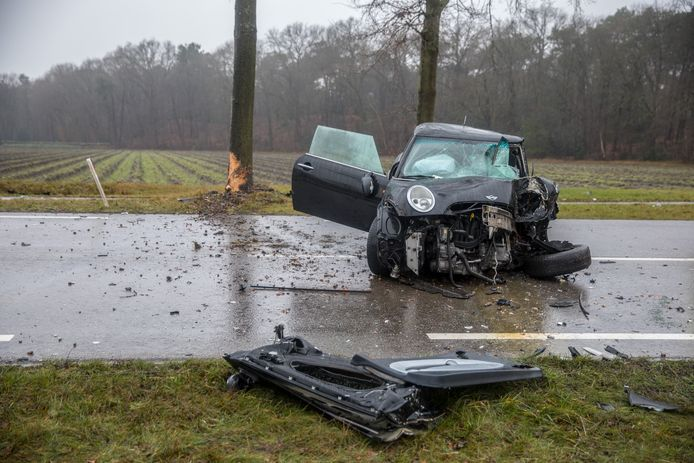 Automobilist botst tegen boom op Putseweg in Ossendrecht.