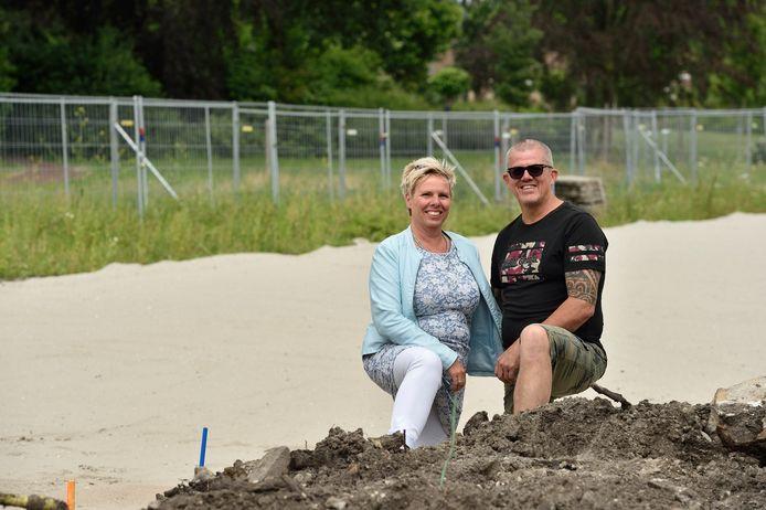 Elly en Stef Hoogeveen op de plek in Moordrecht waar woningen voor jongeren met een beperking komen. Ze zijn initiatiefnemer en zelf ouders van kinderen met een beperking.