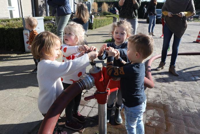 Brandweerman vermaakt kinderen als brand Sint-Oedenrode onder controle is