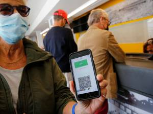 """Bientôt un passeport vaccinal en Europe? """"Les gens qui ne présentent pas de risque pourraient voyager"""""""