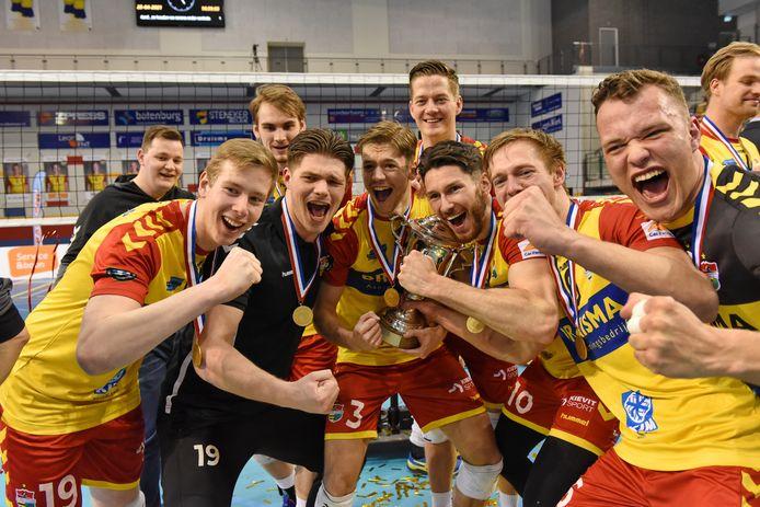 Een goed stel. De spelers van Dynamo koesteren de beker die hoort bij het landskampioenschap van Nederland.
