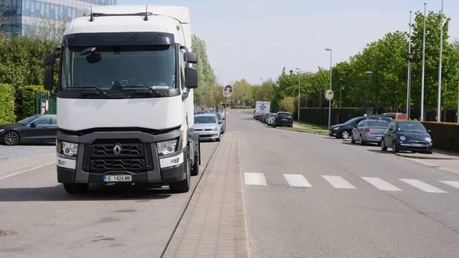 """Parkeerverbod Da Vincilaan moet overlast van vrachtwagenchauffeurs oplossen: """"Kinderen zagen één van hen behoefte in tuin doen"""""""