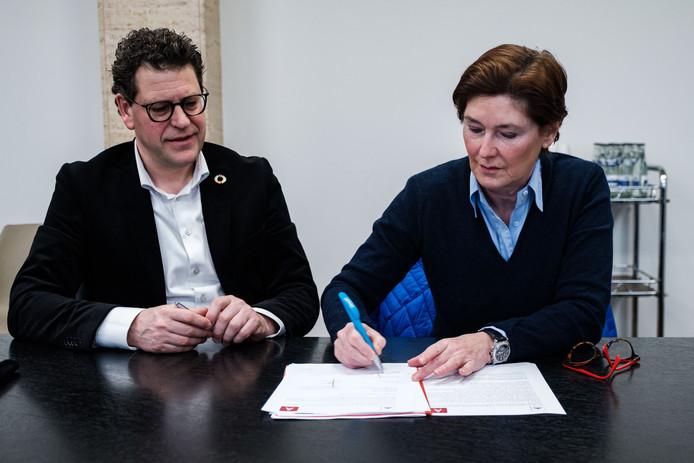 Schepen Tom Meeuws en Martine Vergauwen ondertekenen de overeenkomt