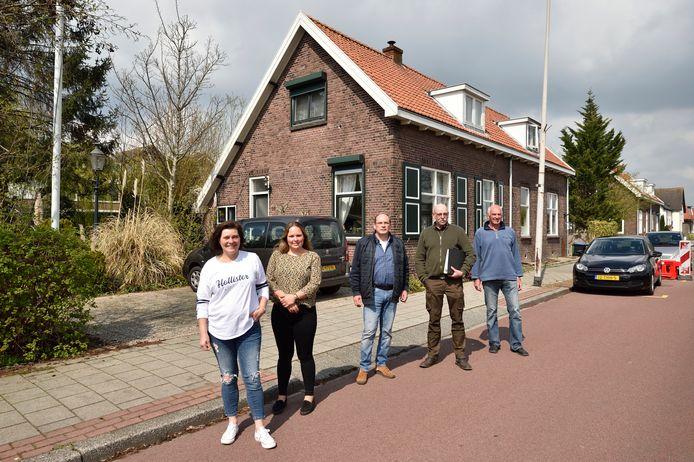 Bewoners Cora en Marcella, Marcel Meeuwsen,  Piet Oosterwijk en Arie Spek (v.l.n.r.) van de Raadhuisweg in Reeuwijk-Brug zijn fel tegen de sloopplannen.