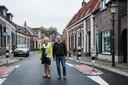 Aanwonenden Mieke van den Broek en Mart de Kruif in de Dorpsstraat in Laag-Keppel.