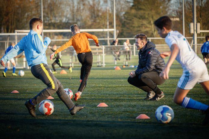Kinderen trainen onder begeleiding van gekwalificeerde jeugdtrainers van NAC op de velden van Virtus in Zevenbergen.
