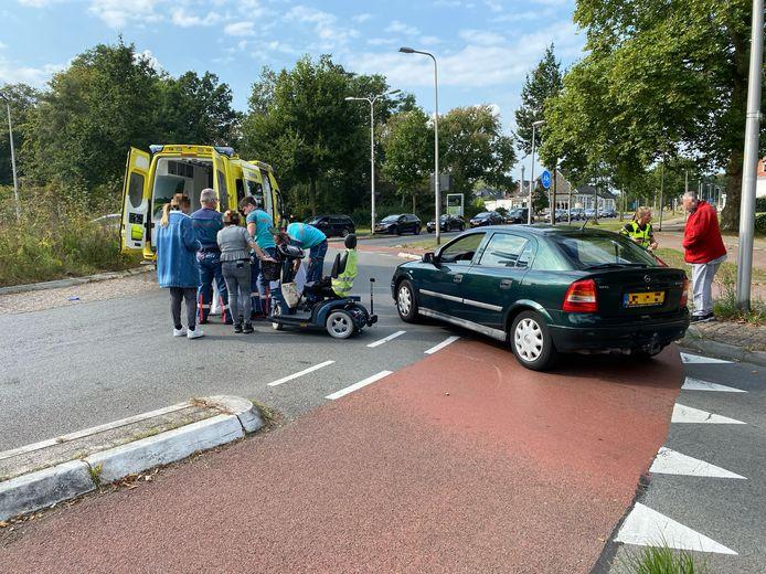 Bij een ongeluk op de Zwolseweg in Deventer raakte een vrouw op een scootmobiel gewond.